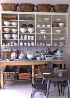 Open shelving and baskets for kitchen storage, perfect for temporary home & very cheap:-) Kitchen Shelves, Kitchen Storage, Kitchen Dining, Kitchen Decor, Open Shelves, Dining Room, Dish Storage, Kitchen Baskets, Barn Kitchen