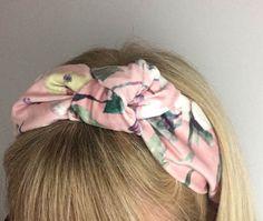 Trick til siksaksøm, når kanten vil bølge. Hair Bonnet, Ribbon Hair Clips, Sewing Headbands, Girl Photography Poses, Knot Headband, Girls Bows, Hair Band, Diy Fashion, Headpiece