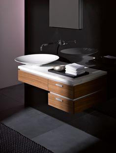 Het glazuur van de wastafels en waskommen wordt met de hand aangebracht en ingebrand. Het brandproces zorgt ervoor dat het emaille onafscheidelijk versmelt met de stalen kern van de wastafel/kom.