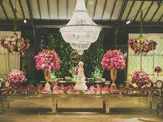 Decoração floral para mesa de doces