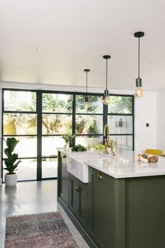 A classic Belfast sink was fitted into this chunky Shaker kitchen island painted… - Modern Dark Green Kitchen, Green Kitchen Island, Green Kitchen Cabinets, Kitchen Cabinet Design, Interior Design Kitchen, Home Design, Home Decor Kitchen, Kitchen Furniture, New Kitchen
