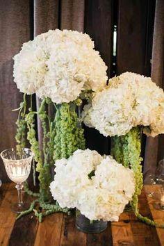 Une décoration de mariage avec des fleurs blanc