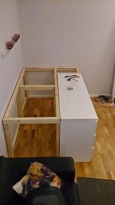 Ensamstående som genomgår inseminering samt IVF i Danmark Plataform Bed, Tiny Bedroom Design, Murphy-bett Ikea, Ikea Malm Bed, Ikea Bed Hack, Kura Hack, Ikea Hacks, Diy Storage Bed, Tiny Bedroom Storage