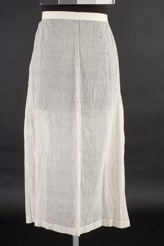 Sorgförkläde i tunn bomull, Vemmenhög, tidigt 1800-tal. Malmö Museer, nr. MM 030792