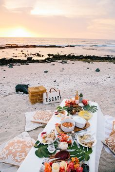 Sharing tips on how to enjoy your holidays island style! Pull tips and inspiration from ElanaLoo& Tropical Thanksgiving setup. Dream Dates, Beach Dinner, Pause Café, Picnic Birthday, Picnic Date, Summer Aesthetic, Adventure Is Out There, Summer Time, Brunch