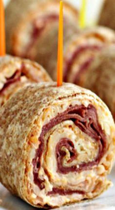 If you love Reuben Sandwiches, here's an easy party food idea for you: Reuben Tortilla Pinwheels! Pinwheel Appetizers, Pinwheel Recipes, Finger Food Appetizers, Appetizers For Party, Appetizer Recipes, Easy Party Food, Party Food And Drinks, Parties Food, Tortilla Pinwheels