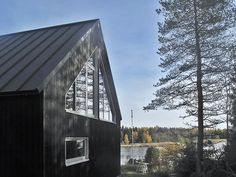 Se hetki, kun yllättyy positiivisesti. Se tapahtui minulle vastikään, selaillessani kuvia Pinterestissä. Eteeni osui kuv... Modern Lake House, Modern Barn, Modern Rustic, Modern Farmhouse, Farmhouse Ideas, Sun House, Summer Cabins, Courtyard House, Cabins And Cottages