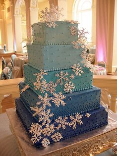 59 Romantic Winter Wedding Cakes Ideas with Snowflakes - VIs-Wed Pretty Cakes, Beautiful Cakes, Amazing Cakes, Snowflake Cake, Snowflakes, Snowflake Wedding, Christmas Wedding, Christmas Cakes, 16 Cake
