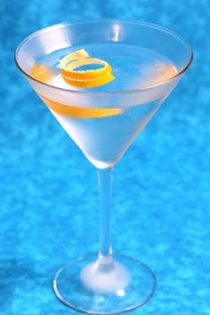 The Gin Martini is a simple classic. It features just three ingredients – vermouth, gin and your choice of garnish – and a fascinating taste. Dry Gin Martini, Martini Mix, Martinis, Strawberry Banana Milkshake, Spicy Candy, Martini Recipes, Drink Recipes, Cocktail Recipes, Classic Cocktails