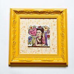 Quadro Rococó com o tema Frida Tesoro mio! #porcelana #porcelanadecorada #porcelanapersonalizada #decoração #decor #pintadoamão #feitoamão #brasil #brazil #homedecor #porcelain #FridaKahlo #Frida #flowers #flores #quote