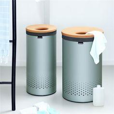 De Brabantia wasbox 35 liter is praktisch in gebruik. De box heeft een uitneembare waszak met klittenband sluiting en een slim ontworpen deksel die aan de zijkant van de bovenrand gehangen kan worden. De perfecte combi van gebruiksgemak en design!