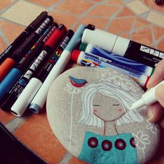 Piedra y rotuladores. My tools: ten and one from Rock Crafts, Fun Crafts, Arts And Crafts, Pebble Painting, Stone Painting, Rock Painting, Earth Craft, Tole Painting Patterns, Painted Shells