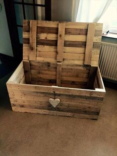 Pallet Projects Wooden Pallet Chest - Space-Saving Solutions - just select a custom design and just clone it with free pallet wood! Here this DIY pallet chest has been made which is all robust and is having precise Wooden Pallet Projects, Diy Pallet Furniture, Pallet Wood, Furniture Design, Furniture Ideas, Wooden Furniture, Diy Projects With Pallets, Furniture Removal, Pallet Workbench Ideas