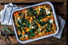 kuerbislasagne-mit-spinat-und-salbei-1 Pasta Recipes, Vegan Recipes, A Food, Food And Drink, Clean Eating, Eat This, Bastilla, Vegan Pasta, Winter Food
