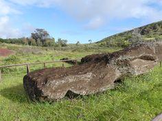 Statue tombée et abandonnée durant le transport