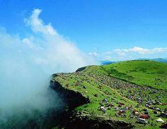 Giresun Yaylaları-Sis Dağı Yaylası Trabzon ile Giresun il sınırında bulunan Aladağ'ın en yüksek tepesi Alimeydan (sis) dağı (2182 m.) üzerinde geniş bir alana yayılmış küçük yaylalar topluluğundan oluşmaktadır. Görele ilçesinden 40 km. mesafede bulunmaktadır. bu dağ Ordu il merkezinden de görülmektedir. Sahile kuş bakışı en yakın yayla konumundadır. Su ve elektriğin mevcut olduğu yaylada, Her yıl Temmuz ayının üçüncü Cumartesi günü Sis Dağı Şenlikleri kutlanmaktadır. Bu dağ C statüsünde…