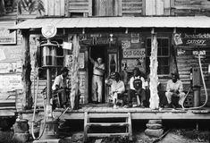 Dorothea Lange foi umafotógrafa estadunidense e ficou conhecida por seus retratos da Grande Depressão para a Farm Security Administration (FSA). Suas imagens ajudaram a humanizar as consequências da Crise de 1929. Vem ver!♡ Fotografias retiradas de sites na Internet. Comentários comentários