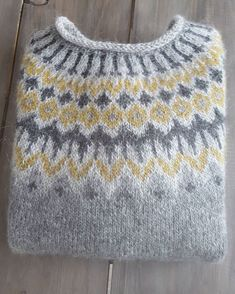 Bilderesultat for islandsgenser Sweater Knitting Patterns, Knitting Designs, Knit Patterns, Knitting Projects, Fair Isle Knitting, Hand Knitting, Pull Jacquard, Norwegian Knitting, Icelandic Sweaters