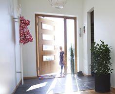 Glassdører i eik fra Swedoor Elbe ytterdør og Unique innerdør Homemaking, My Dream Home, Tall Cabinet Storage, Entrance, Outdoor Living, House Design, Villa, Doors, Interior Design