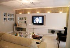 50 projetos de drywall - O painel de TV é feito de drywall com nichos com vidros e espelhos. Os rasgos iluminados do teto também são de gesso acartonado.