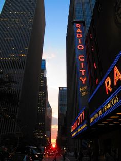 Clouds part for Manhattanhenge pilgrims - The Maddow Blog