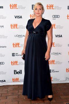Top élégance ! Cette robe empire bleue dissimule les courbes de Kate Winslet au niveau des hanches et met en avant son décolleté.
