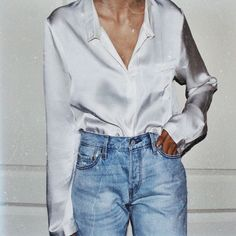 The season of wearing shirts is coming again. What new shirts are coming soon? Mode Style, Style Me, Blouse En Satin, Satin Shirt, White Silk Blouse, Silk Satin, Look Girl, Current Fashion Trends, Mode Inspiration