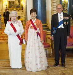 Pin for Later: Les Moments les Plus – et les Moins – Royaux de la Reine Elizabeth II Moment Royal: Quand Elle Reçoit des Dignitaires