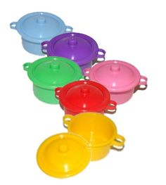 Caçarolas de plástico para Brigadeiro e guloseimas.  Cores: Amarelo, azul, roxo, rosa, verde e vermelha. Consulte a disponibilidade em estoque das cores antes de comprar.  Sem personalização.  Quantidade mínima de 50 unidades. (Podem variar as cores dentro desta quantidade). R$ 3,50