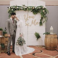16 Ideas For Decor Wedding Minimalist Kebaya Wedding, Muslimah Wedding Dress, Muslim Wedding Dresses, Wedding Hijab Styles, Hijab Bride, Wedding Backdrop Design, Wedding Stage Decorations, Decor Wedding, Foto Wedding