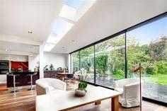 E que tal apostar em inovação? Ter uma parede toda de vidro traz a sua casa uma linda paisagem e muita claridade ao ambiente!