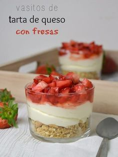 Glasses of cheesecake with strawberries - recetas verano - Postres Köstliche Desserts, Delicious Desserts, Dessert Recipes, Yummy Food, Mini Cheesecakes, Dessert Table, Sweet Recipes, Food Porn, Food And Drink