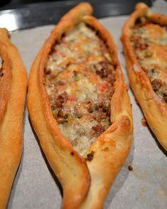 Pide turcesti cu carne, legume si branza. Yumm! Homemade turkish pide pies with minced, cheese and veggies #savoriurbane #peblog . Reteta la linkul de pe profilul meu @oanaigretiu . #pide #turkishfood #homebaked #homemade #pie #mincedmeat #cheese #vegetables #veggies #savorypie #placinte #placinta #branza #carnetocata #legume #turkishcuisine #retetabuna #foodideas #foodphotoaday #vsco_food #f52gramsfoodpic #instapie #instapies #foodfoto #delicious Turkish Recipes, Ethnic Recipes, Romanian Food, Cheesesteak, Hot Dog Buns, Food Dishes, Vegetable Pizza, Deserts, Good Food