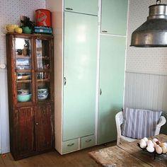 bakom originalluckorna i ett gammalt kök. Inuti detta gröna skafferi ...