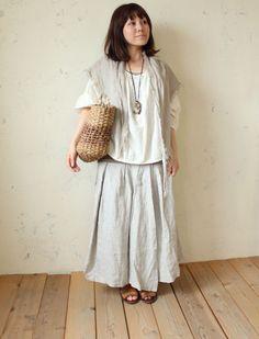 Eerbare kleding in de Japanse 'bosmeisje-stijl'. Modest clothing in the Japanese forest girl style. 'Mori kei' (mori = forest, kei = style).