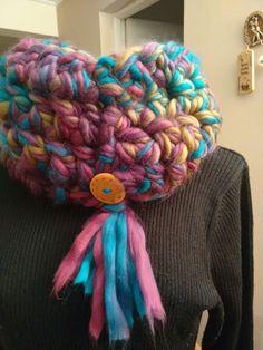 Cuello tejido con los dedos en suave lana matizada.