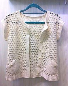 T-shirt Crochet - maomao - I mover seus pés Diy Crochet Cardigan, Gilet Crochet, Crochet Coat, Crochet Cardigan Pattern, Crochet Shirt, Crochet Jacket, Chunky Crochet, Crochet Clothes, Crochet Toddler
