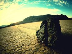 Sailing stones in Death Valley, USA: a geological phenomenon where rocks move and inscribe long tracks along a smooth valley floor without human or animal intervention. Weird And Wonderful, Wonderful Places, California Tourist Attractions, Strange Weather, Sky Art, Us National Parks, Natural Phenomena, Imagines, Death Valley