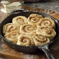 Skillet Cinnamon Rolls Break out your favorite cast-iron skillet, and get your morning off to a sweet start!Break out your favorite cast-iron skillet, and get your morning off to a sweet start! Cast Iron Skillet Cooking, Iron Skillet Recipes, Cast Iron Recipes, Skillet Food, Cast Iron Skillet Cinnamon Rolls Recipe, Skillet Steak, Skillet Pan, Skillet Cookie, Skillet Chicken