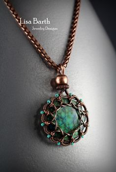 A classic Loop-in-Loop design. You can learn how to do this, it is a beginner lesson with lots of tips. Here is the link: https://www.etsy.com/listing/562947028/loop-in-loop-wire-wrap-tutorial?ref=listing_published_alert Lisa Barth