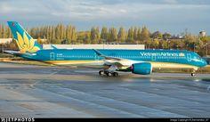 Vietnam Airlines Airbus A350-941 VN-A890 at Paris-Charles de Gaulle, November 2016. (Photo: jhernandez_97)