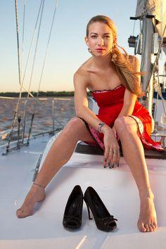 "Foto tipo ""Lifestyle"" en un velero, mostrando zapatos con iluminación"
