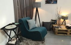 Lusito Di'sign Houpací křeslo Di'sign V tomto čalouněném houpacím křesle zažijete krásný relax a pohodlí. Jeho perfektní křivky umocňují čistý design. Můžete si vybrat z různých odstínů příjemné potahové látky. Jednoduše elegantní a přitom pohodlné křeslo se krásně se hodí do různých stylů bydlení.