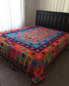 Rengarenk geçsin gününüz    Yatak üzerine serildiğinde duruşu böyle #yatakortusu nün  225230 cm . Satılık Değildir  #tigisi #battaniye #ortu #renkli #civilcivil #emek #yatakodasi #dekorasyon #evdekor #evimdergisi #love #crochet #crocheting #crochetblanket #grannysquare #grannyblanket #decoration #homedecor #handmade #handmadebyme #colours #yarn #zarahome #mudoconcept #deryabaykal #gramorgu  #photooftheday #beautiful by cigdemcevir