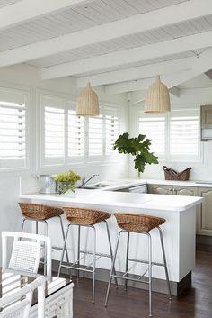 Küchenpendelleuchten - Blue and White Home Beach House Kitchens, Home Kitchens, Tropical Kitchen, Beautiful Beach Houses, Small Space Kitchen, Small Dining, Rustic White, Home Decor Kitchen, Kitchen Ideas
