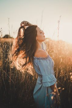Discover recipes, home ideas, style inspiration and other ideas to try. Photography Senior Pictures, Portrait Photography Poses, Photo Portrait, Fashion Photography Poses, Outdoor Photography, Photography Women, Country Girl Photography, Grunge Photography, Urban Photography