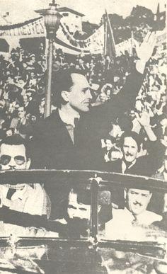 Após a derrota do nazi-fascismo na Europa, Luiz Carlos Prestes chega ao histórico comício do Pacaembu, São Paulo.  Julho 1945