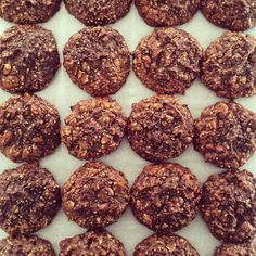 Super Paleo Cookies for the Super Bowl. Made a double batch today so we're all prepped for the whole week (and then some). My favorite part of baking these crazy easy cookies is pulling them out of the oven. It smells like an ice cream shop. I don't know why but it does and it's glorious! --------------- Recipe link in profile: http://ift.tt/1ETdKjP --------------- #paleo #glutenfree #grainfree #nutsandseeds #chocolate #cookies #recipeoftheday #recipeontheblog #paleosnack #paleotreats…