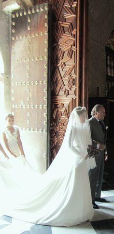 La entrada a la Iglesia, del brazo del padrino