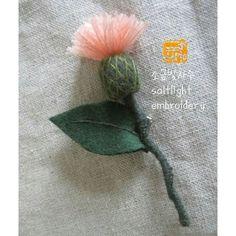 독립입체자수 엉겅퀴 브로치 손끝에서 피는 꽃과 자수 p.105  #소금빛자수 #독립입체자수 #엉겅퀴 #모사자수실 #자수재료 #손끝에서피는꽃과자수 #입체자수꽃나무열매 #입체자수 #embroidery #stumpwork #3d_embroidery